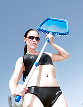 Clean a swimming-pool