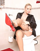 Lucy Zara in a toilet, pic #4