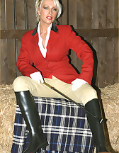 Lana Cox in the barn, pic #2